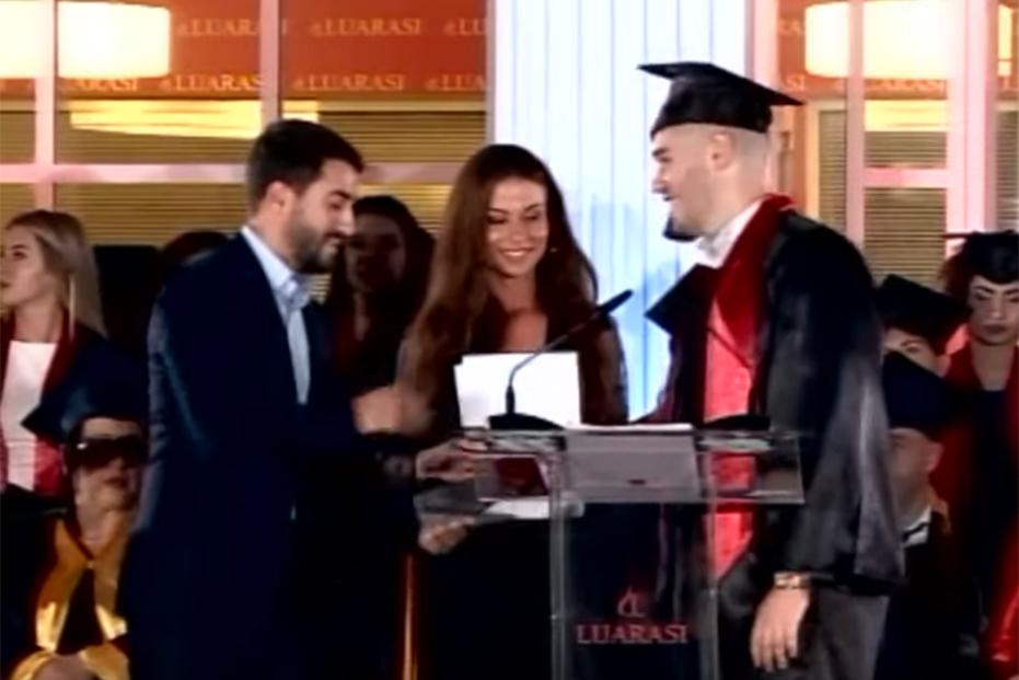 """Screenshot_2019-10-10 Diplomohen 296 studentë në """"Luarasi"""", Rektori i Universitetit Diploma që po merrni është e shenjtë - [...]"""
