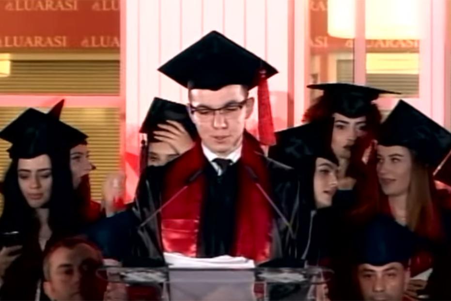 """Screenshot_2019-10-10 Diplomohen 296 studentë në """"Luarasi"""", Rektori i Universitetit Diploma që po merrni është e shenjtë - [...](2)"""