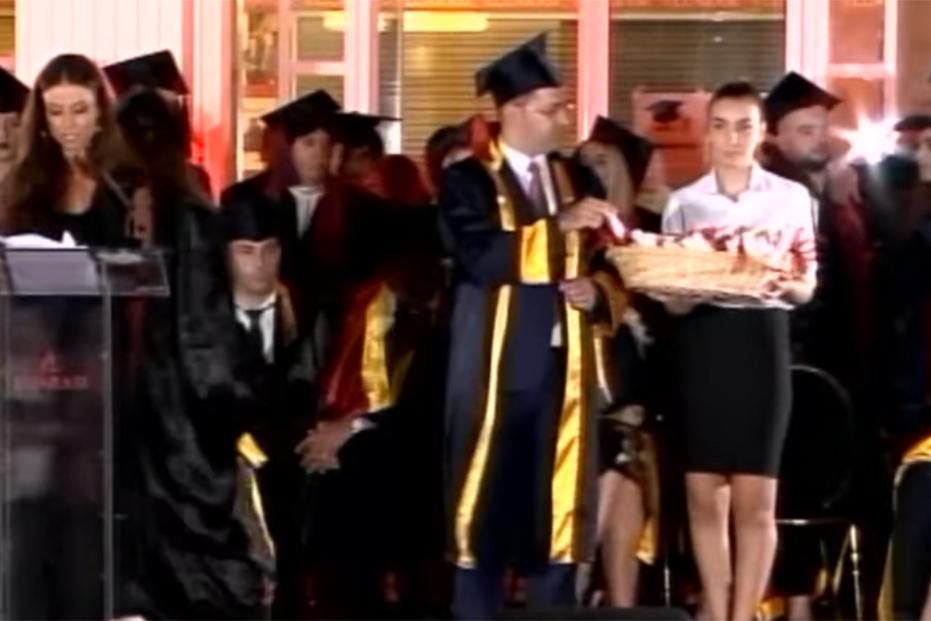"""Screenshot_2019-10-10 Diplomohen 296 studentë në """"Luarasi"""", Rektori i Universitetit Diploma që po merrni është e shenjtë - [...](8)"""