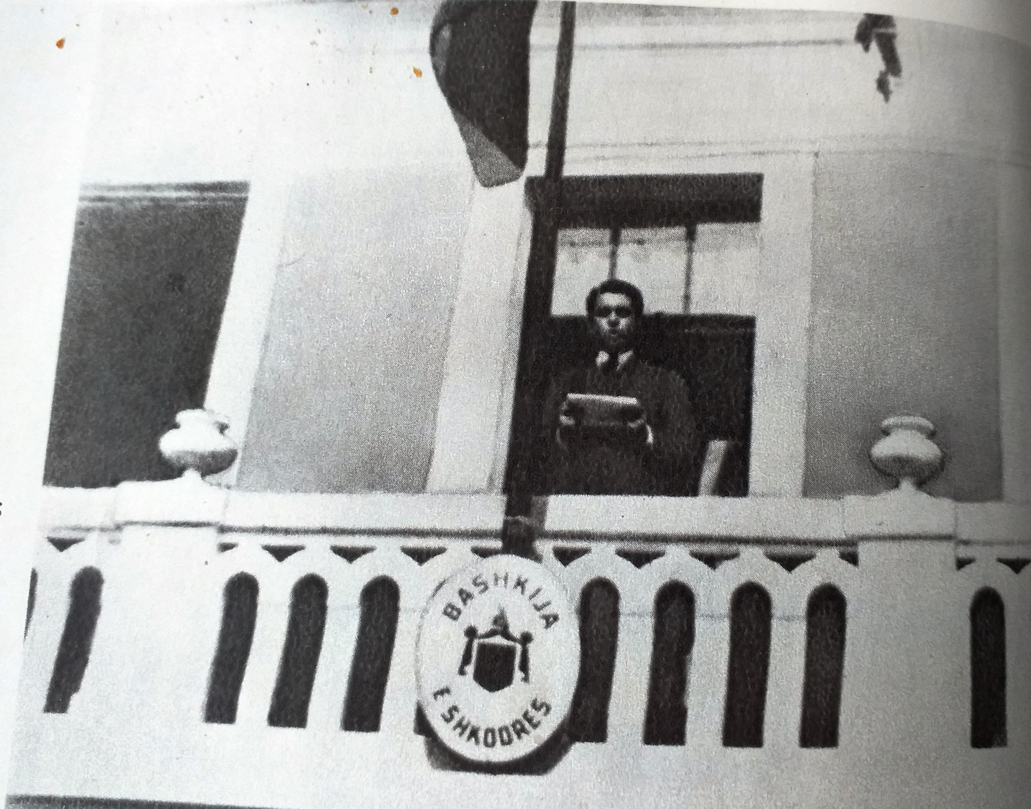 Enver Hoxha në ballkonin e Bashkisë së Shkodrës foto e manipuluar pasi ka fshirë të tjerët