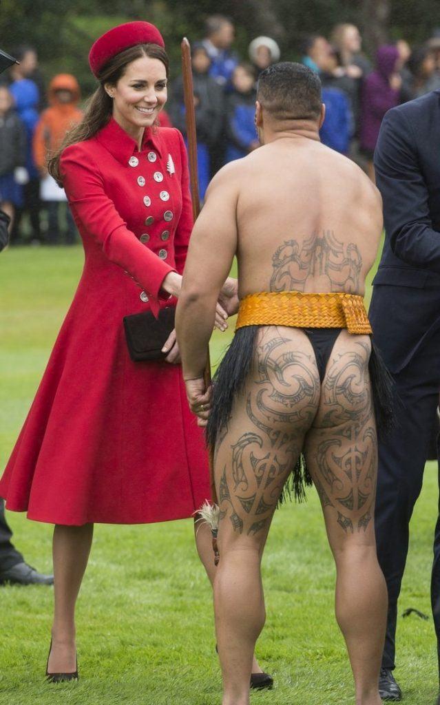 prince-william-kate-middleton-new-zealand-half-naked-man-nose-kisses-10-639x1024-2