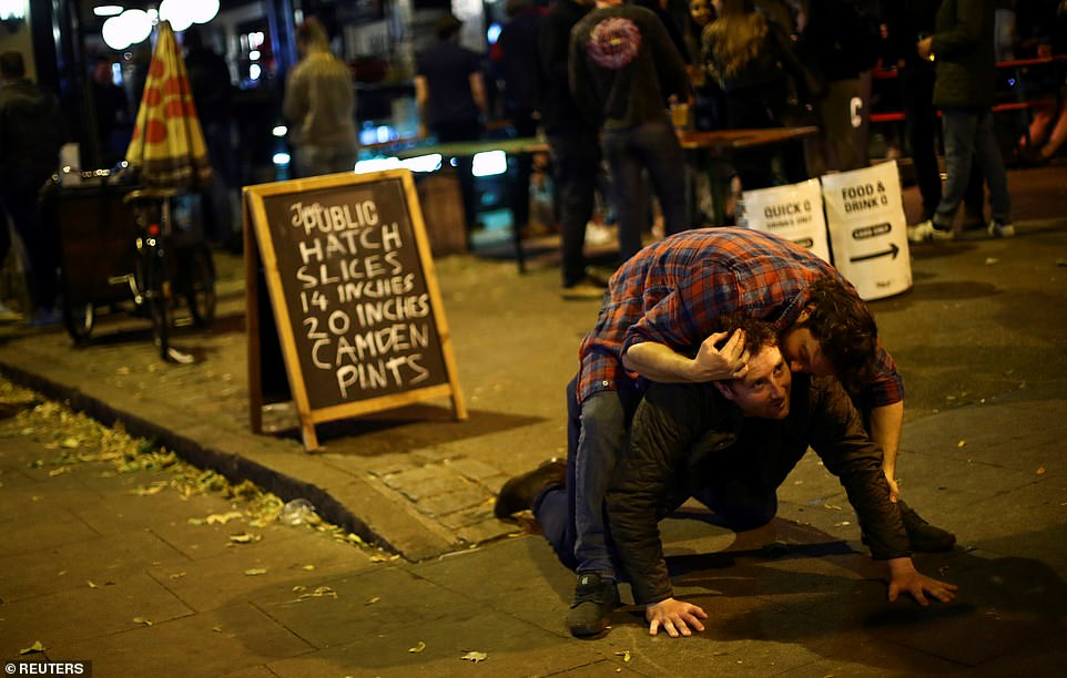 30397480-8490751-Revellers_in_Clapham_London_enjoyed_a_night_in_the_pubs_and_bars-a-7_1593930305872